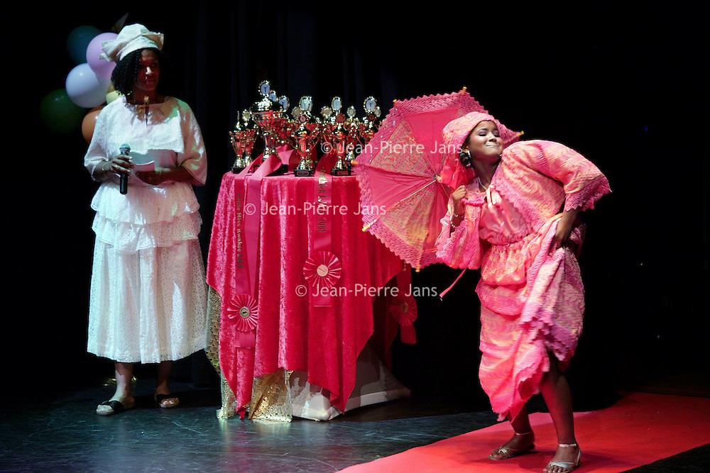 Nederland, Amsterdam , 22 november 2009.. Little Miss Kwakoe 2009  op het Anton de Komplein 240 Amsterdam zuid-oost.. Little Miss Kwakoe 2009  on the  Anton de Komplein in Amsterdam south-east, a Surinamese beauty contest with beautiful young girls.