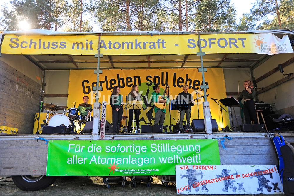 Wenige Tage nach Bekanntwerden des Umstands, dass der Salzstock im Wendland nicht weiter auf die Eignung als Atommülllager erkundet werden soll, feiern Atomkraftgegner das Aus für Gorleben nach 43 Jahren des Widerstands.<br /> <br /> Ort: Gorleben<br /> Copyright: Andreas Conradt<br /> Quelle: PubliXviewinG