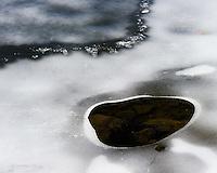 Smeltende is på Stokkavatnet i Stavanger kommune, Rogaland. Tegn på vår.