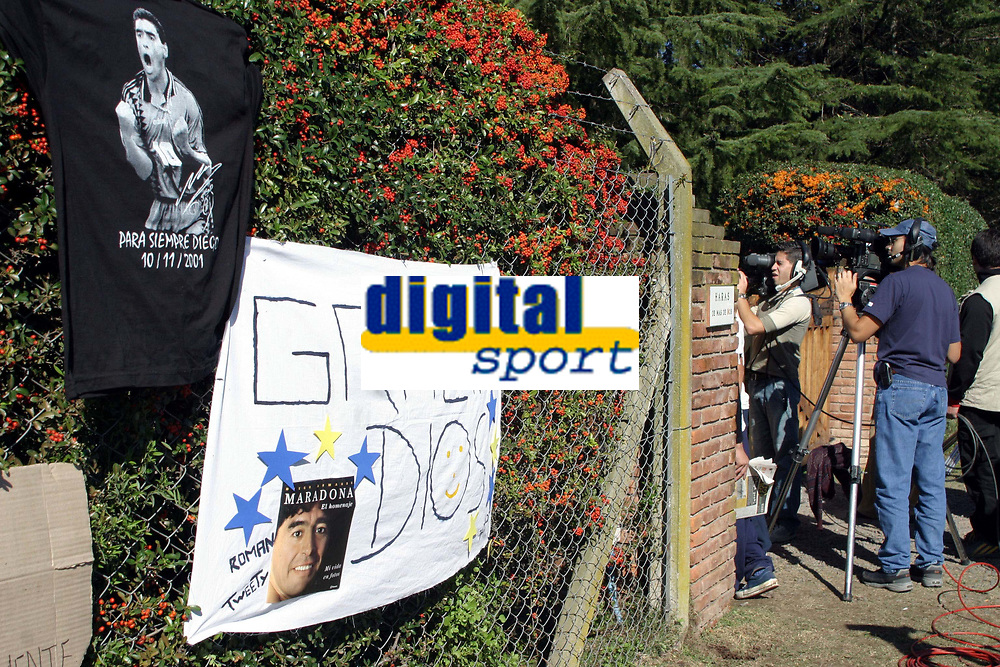 30/04/04 Less than 24 hs after leaving the hospital, Diego Maradona played golf on a private field 50 km. outside Buenos Aires. The entrance of the field was full of journalist and fans making tributes for the soccer idol<br /> <br /> Foto: Piko-Press/Digitalsport<br /> NORWAY ONLY