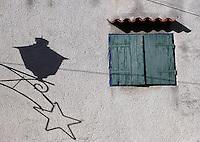 "Rovinj, ""den siste fiskerbyen ved Adriaterhavet"", ""the last fisher village by the Adriatic coast"", skygge av en stjerne på murvegg, shaddow from a star on a concret wall"