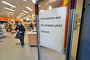 Nederland, Nijmegen, 20-10-2020  Bij een winkel van scapino wordt klantenm gevraagd bij de ingang om binnen een mondkapje te dragen. Foto: ANP/ Hollandse Hoogte/ Flip Franssen