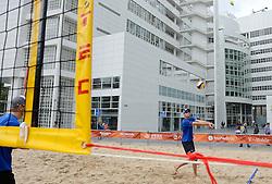 20150618 NED: WK Beach volleybal training op het Spui, Den Haag<br /> De Nederlandse beachers hebben vandaag hun tweede training gehad op de WK trainingsvelden. Op het Spuiplein werden de velden druk bezocht / Alexander Brouwer en Robert Meeuwsen krijgen hun eerste training op Spui