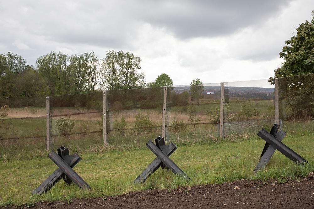 Grenzdenkmal der innerdeutschen Grenze in Hötensleben, Sachsen-Anhalt, Deutschland, 4. Mai 2020<br /> <br /> PICTURED; Ehemaliger Kolonnenweg und Kontrollstreifen