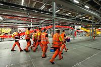 28 MAY 2009, LEIPZIG/GERMANY:<br /> Arbeiter, Warehouse Deutsche Post DHL Hub Leipzig, Umschlagplatz fuer Luftfracht, Paketverteilzentrum, Briefverteilzentrum, Luftfrachtdrehkreuz<br /> IMAGE: 20090528-15-006