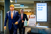 Koning Willem Alexander tijdens een werkbezoek aan de GGD Hart voor Brabant in Tilburg. Het bezoek vond plaats in het kader van de bestrijding van het coronavirus (COVID-19) op uitnodiging van Theo Weterings, burgemeester van Tilburg en voorzitter van de Veiligheidsregio Midden- en West-Brabant.<br /> <br /> King Willem Alexander during a working visit to the GGD Hart voor Brabant in Tilburg. The visit took place in the context of the fight against the coronavirus (COVID-19) at the invitation of Theo Weterings, Mayor of Tilburg and chairman of the Central and West Brabant Security Region.