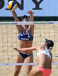 18-07-2014 NED: FIVB Grand Slam Beach Volleybal, Scheveningen<br /> Knock out fase - Madelein Meppelink (2) NED, Louise Bawden (2) AUS