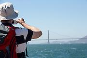 Toeristen maken een foto bij de Golden Gate brug. Tussen het Schiereiland van San Francisco en Marin County ten noorden van de metropool San Francisco ligt de Golden Gate Brug over de zeestraat Golden Gate, tussen de San Fransisco Bay en de Stille Oceaan. De brug is een van de zeven moderne wereldwonderen en is op 27 mei 1937 geopend. De tolbrug is een van de meest herkenbare symbolen van San Francisco en Californie.<br /> <br /> Tourists make a photo at the Golden Gate Bridge. Between the San Francisco Peninsula and Marin County north of the metropolis of San Francisco's lays Golden Gate Bridge on the Golden Gate strait, between San Francisco Bay and the Pacific Ocean. Lies The bridge is one of the seven modern wonders of the world and was opened on May 27, 1937. The toll bridge is one of the most recognizable symbols of San Francisco and California