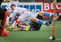 WASSENAAR - HOCKEY - Johannes Mooij van A'dam houdt HGC speler  Simon Egerton er onder  tijdens de hoofdklasse competitiewedstrijd tussen de mannen van HGC en Amsterdam (3-3). COPYRIGHT KOEN SUYK