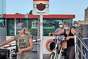 Nederland, Tiel, Wamel, 21-8-2020 Passagiers op het fietspontje van Tiel in de Betuwe naar Wamel in het land van maas en waal . Ze dragen verplicht een mondkapje vanwege het coronabesmettingsgevaar . Foto: ANP/ Hollandse Hoogte/ Flip Franssen