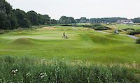 SPIJK - Greenkeeper maait de green van hole 8.  Golfbaan THE DUTCH, COPYRIGHT KOEN SUYK
