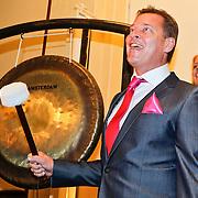 NLD/Amsterdam/20110125 - Opening Amsterdamse Effectenbeurs door cast Legally Blond, Albert Verlinde wacht op het moment dat hij de beurs mag openen