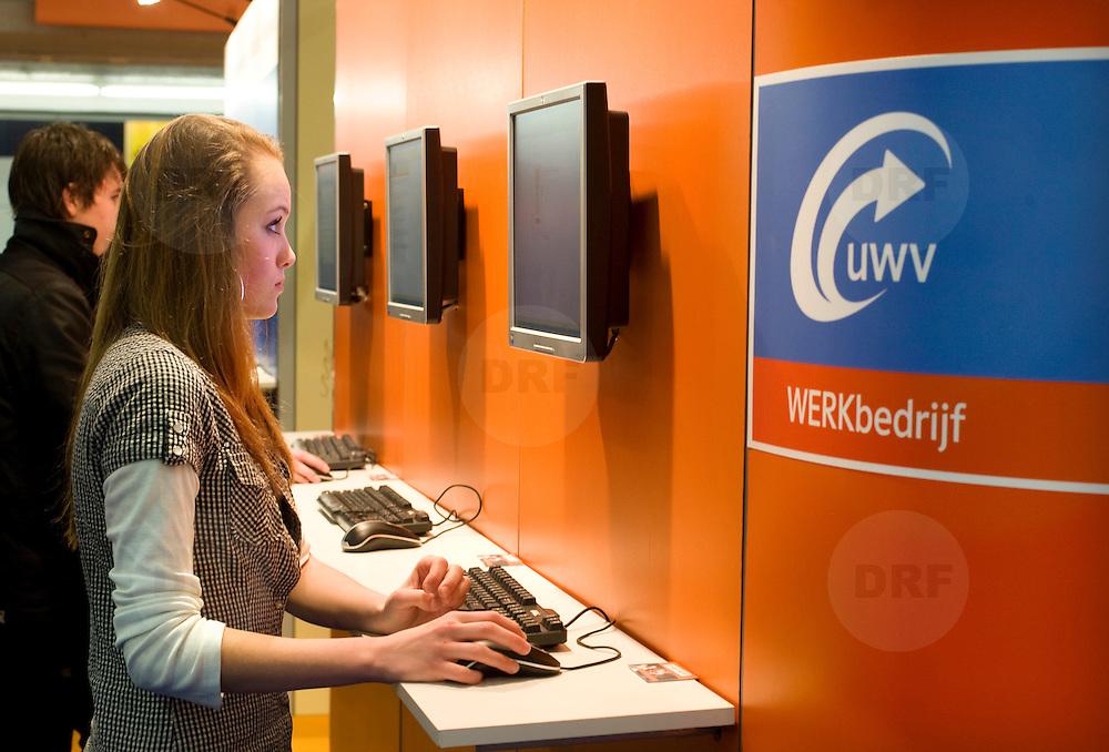 Nederland Rotterdam 07 maart 2009 20090307 Foto: David Rozing .Skills Masters, stand UWV Werkbedrijf, vroegere CWI arbeidsbureau. Skills Masters en Arbeidsmarkt vormen samen evenement waar vmbo 'ers, mbo 'ers en (jong) werkzoekenden alles te weten komen over opleidingen, beroepen en actuele vacatures en opleidingsmogelijkheden. En als je werkzoekend bent dan biedt de Arbeidsmarkt inclusief het Opleidingsplein je een helder overzicht van de ontwikkelingen op de arbeidsmarkt en een grote hoeveelheid actuele vacatures. ..Foto: David Rozing