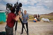 Al Jazeera filmt tijdens de kwalificaties op maandagochtend. In Battle Mountain (Nevada) wordt ieder jaar de World Human Powered Speed Challenge gehouden. Tijdens deze wedstrijd wordt geprobeerd zo hard mogelijk te fietsen op pure menskracht. Het huidige record staat sinds 2015 op naam van de Canadees Todd Reichert die 139,45 km/h reed. De deelnemers bestaan zowel uit teams van universiteiten als uit hobbyisten. Met de gestroomlijnde fietsen willen ze laten zien wat mogelijk is met menskracht. De speciale ligfietsen kunnen gezien worden als de Formule 1 van het fietsen. De kennis die wordt opgedaan wordt ook gebruikt om duurzaam vervoer verder te ontwikkelen.<br /> <br /> In Battle Mountain (Nevada) each year the World Human Powered Speed Challenge is held. During this race they try to ride on pure manpower as hard as possible. Since 2015 the Canadian Todd Reichert is record holder with a speed of 136,45 km/h. The participants consist of both teams from universities and from hobbyists. With the sleek bikes they want to show what is possible with human power. The special recumbent bicycles can be seen as the Formula 1 of the bicycle. The knowledge gained is also used to develop sustainable transport.