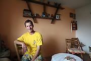 Mihai en 2009 dans la maison qu'il a lui-même construite dans le village de Popricani après avoir économisé pour s'acheter un terrain. Mihai travaille comme manutentionnaire dans un supermarché de Iasi. <br /> <br /> Mihai in the house he built himself for him. Mihai was working as a handler in a supermarket in Iasi.