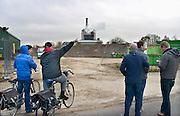 Nederland, Nijmegen, 8-11-2012Ontploffing bij de centrale van Electrabel. Grote schade in het ketelhuis. Passanten en bewoners van de nabijgelegen woonwijk Waterkwartier kijken toe.Foto: Flip Franssen/Hollandse Hoogte