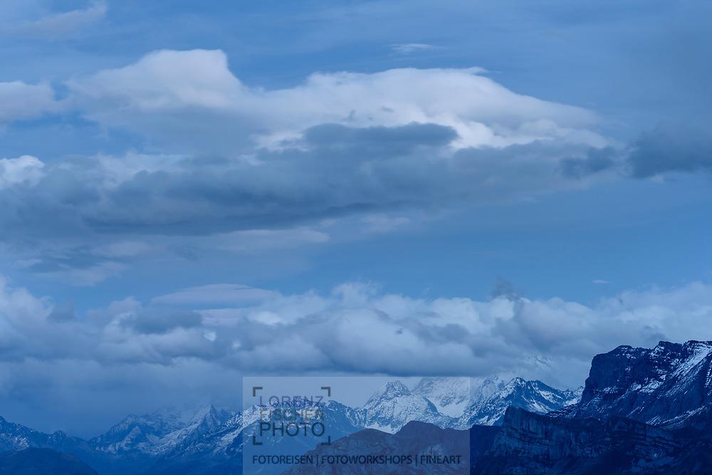 Blick vom Niederhorn in Richtung Grimsel auf die Berner Alpen bei einer Wolken- und Nebelstimmung; Interlaken, Bern, Schweiz<br /> <br /> View from the Niederhorn towards Grimsel on the Bernese Alps in a cloud and fog mood; Interlaken, Bern, Switzerland