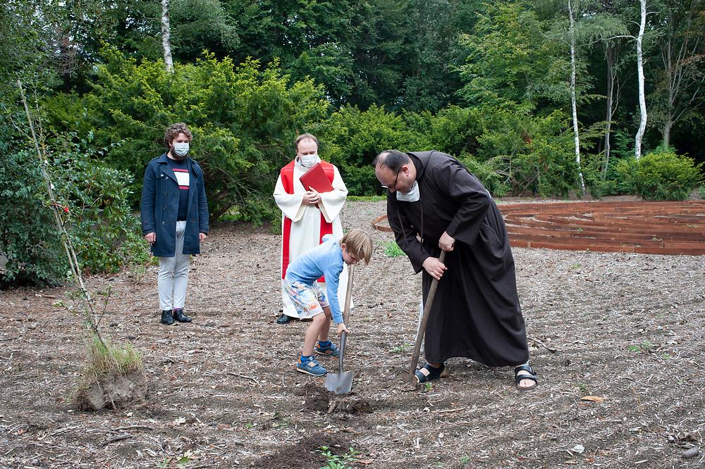 Op 1 september was er in ons Mariapark een eenvoudige viering in het San Damianokapelletje links achteraan in het park. 't Het was met een klein groepje mensen zijn, maar daarom niet minder gemeend.<br /> Er worden ook 2 fruitbomen  / Laudato Sii bomen geplant bij de ingang van het labyrint dat er dan hopelijk al aangelegd ligt.   <br /> Laudato si bomen, verwijzen naar de Encycliek van paus Franciscus die ondertussen al 5 jaar oud is, en die serieuze uitdagingen / opdrachten aankaart voor het voortbestaan van onze gekwetste aarde.