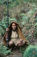 Népal. Région de Gorkha. Ethnie Gurung. Chasseur dans la forêt. // Hunter in the jungle. Gurung ethnic group. Gorkha area. Nepal.