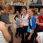 Acteurs bezoeken Six Flags Biddinghuizen, Winston post deelt handtekeningen uit