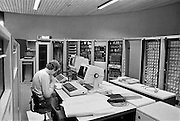 Nederland, Nijmegen, 11-6-1984Een computertechnikus is bezig met het installeren van een mainframe, server, netwerk in het rekencentrum van de universiteit.Foto: Flip Franssen/Hollandse Hoogte
