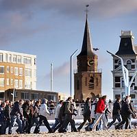 Nederland, Scheveningen , 23 november 2013.<br /> Generale repetitie aankomst van de Prins van Oranje op het Scheveningse strand .<br /> Zij bereiden zich voor op de feestelijke start van deviering van tweehonderd jaar koninkrijk, een week later. <br /> <br /> Anders dan in 1813 hebben alle betrokkenen ditmaal de kans om de landing vooraf te oefenen. Dat is maar goed ook want het programma voor 30 november is uitdagend en spectaculair. De meeste spelers en figuranten komen uit Scheveningen zelf en hebben geen toneelervaring. Regisseur Aus Greidanus begeleidt hen bij hun debuut. Hoofdrolspeler Huub Stapel moet op het juiste moment het strand op varen waarna hij overstapt op een originele 'nettenwagen' die door paarden wordt voortgetrokken. <br /> <br /> Deaankomst van de latere koning Willem I wordt sinds 1813 iedere 25 jaar herdacht door de Scheveningse bevolking. Vanwege de viering van 200 jaar koninkrijk wordt dit keer extra groot uitgepakt. Dankzij de hulp van de Koninklijke Marine zijn op 30 november onder meer enkele grote marineschepen, sloepen en landingsvaartuigen aanwezig. Daarnaast speelt het Britse marineschip HMS Tyne een belangrijke rol bij het evenement. <br /> Dress rehearsal arrival of the Prince of Orange on the beach of Scheveningen (1813), in preparation for the start of the festive celebration of two hundred years kingdom, a week later.