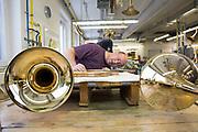 Werksreportage Gebr. Alexander, Jagdhorn Produktion, Mainz<br /> <br /> <br /> Foto: Biegen des Mundrohres und Anpassen der Biegung an den Korpus