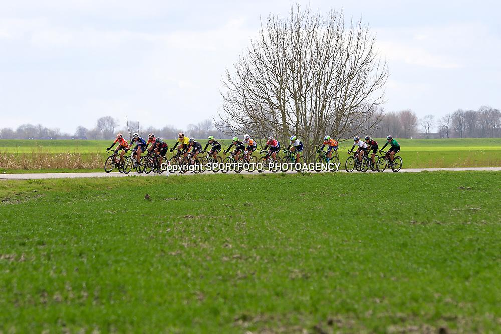 07-04-2016: Wielrennen: Energiewachttour vrouwen: Winsum <br />WINSUM (NED) wielrennen <br />De tweede etappe in de Energiewacht rond Winsum werd door de wind een zware etappe. De kopgroep in het Groningse landschap