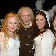 NLD/Amsterdam/20060715 - Premiere musical Rembrand, cast, Henk Poort en medespelers Annick en Wieneke Remmers en Maaike Boerdam