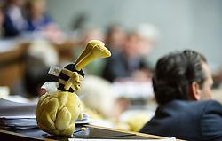 14.05.2013, Parlament, Wien, AUT, Parlament, 202. Nationalratssitzung, Sondersitzung des Nationalrates, auf Verlangen von FPOe an den Umwelt- und Landwirtschaftsminister zum Thema Bienensterben.  im Bild Stoff Biene Maya auf Abgeordneten Tisch // during the 202nd meeting of the national assembly of austria, austrian parliament, Vienna, Austria on 2013/05/14, EXPA Pictures © 2013, PhotoCredit: EXPA/ Michael Gruber