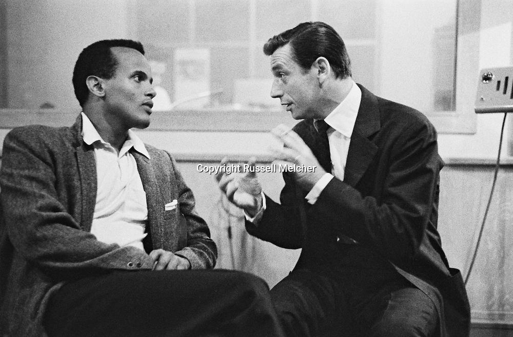 A heated discussion between two singers, Harry Belafonte and Yves Montand in UNESCO folk song center .<br /> <br /> <br /> Une discussion animée entre les deux chanteurs, Harry Belafonte et Yves Montand au centre de la chanson folklorique de l'UNESCO