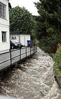Krokstadbekken gikk over sine bredder tirsdag og førte til overforsvømmelse i Krokstadelva. Onsdag fortsatte vannet å stige<br /> 04.07.2007 <br /> Foto: Morten Olsen, Digitalsport