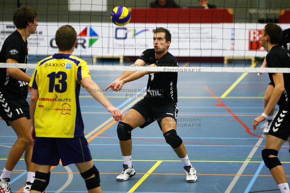 14-10-2012 VOLLEYBAL: EREDIVISIE TILBURG STV - ZAANSTAD : TILBURG<br /> Bart van Garderen, Tilburg STV verdedigt de bal, zodat een nieuwe aanval kan worden opgezet<br /> ©2012-FotoHoogendoorn.nl / Pim Waslander
