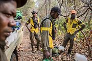 Une équipe TANGO se prépare à passer plusieurs semaines en brousse dans la réserve de Chinko et ses alentours. Le travail des TANGO est d'aller à la rencontre des éleveurs nomades pénétrant dans la réserve avec leur bétail.