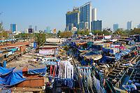 Inde, Maharashtra, Mumbai (Bombay), Mahalaxmi Dhobi Ghat, laveur de linge // India, Maharashtra, Mumbai (Bombay), Mahalaxmi Dhobi Ghat, open air laundromat
