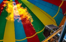 05.02.2018, Zell am See - Kaprun, AUT, BalloonAlps, im Bild ein Ballon wird wird mit einem Gasbrenner beheizt // a hot air balloon is heated with a gas burner during the International Balloonalps Week, Zell am See Kaprun, Austria on 2018/02/05. EXPA Pictures © 2018, PhotoCredit: EXPA/ JFK