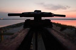 Il complesso produttivo delle saline è situato nel comune italiano di Margherita di Savoia (nome dato dagli abitanti in onore alla regina d'Italia che molto si adoperò nei confronti dei salinieri) nella provincia di Barletta-Andria-Trani in Puglia. Sono le più grandi d'Europa e le seconde nel mondo, in grado di produrre circa la metà del sale marino nazionale (500.000 di tonnellate annue).All'interno dei suoi bacini si sono insediate popolazioni di uccelli migratori e non, divenuti stanziali quali il fenicottero rosa, airone cenerino, garzetta, avocetta, cavaliere d'Italia, chiurlo, chiurlotello, fischione, volpoca..Particolare della saracinesca di una chiusa con la luce del tamonto.