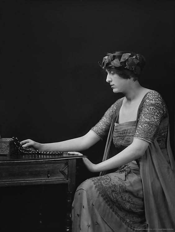 Vita Sackville-West, The Hon lady Nichelson, poet, novelist/ gardener, 1916