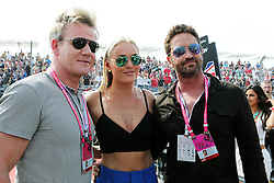 Formel 1: Grosser Preis der USA in Austin, Renntag / 231016<br /> <br /> ***(L to R): Gordon Ramsey (GBR) Celebrity Chef with Lindsey Vonn (USA) Former Alpine Ski Racer and Gerard Butler (GBR) Actor on the grid.<br /> 23.10.2016. Formula 1 World Championship, Rd 18, United States Grand Prix, Austin, Texas, USA, Race Day.<br /> ***