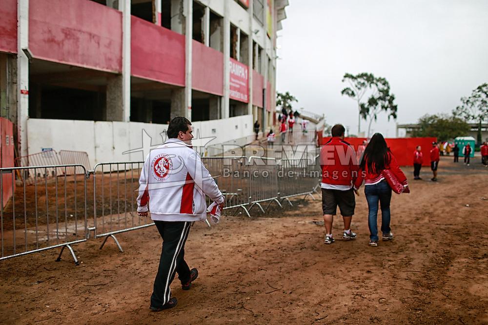 Torcida chega ao estádio Beira Rio durante a partida entre Inter e Fluminense, válida pela 23 rodada do Campeonato Brasileiro 2012. FOTO: Jefferson Bernardes/Preview.com