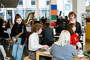 Brussel Belgie 13 Maart 2019 Dag van het kunstonderwijs. leerlingen van verschillende KSO scholen hebben workshops in Bibliotheek Muntpunt, met muziek, zang, dans, voordracht, grafiek, magazine maken andere workshops.