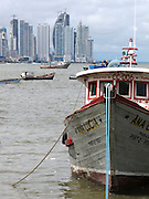Barco pesquero / Ciudad de Panamá.<br /> <br /> Edición de 3 | Víctor Santamaría.