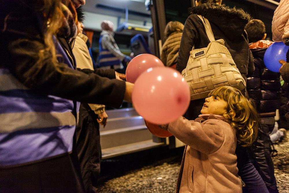 Koeln, DEU, 06.12.2015<br /> <br /> Ankunft von Fluechtlingen an Bord eines Sonderzugs der Deutschen Bahn aus Passau am Bahnhof des Koeln/Bonner Flughafens. Von hier aus werden die Menschen, die groesstenteils über die Balkan-Route nach Oesterreich gelangten, auf Erstunterbringungsstellen in Nordrhein-Westfalen verteilt.<br /> <br /> <br /> Foto: Bernd Lauter/berndlauter.com