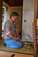 Japon, île de Honshu, région de Kansaï, Kyoto, Mr Keiji Mihara artisan de chashku, spatule utilsé pour la cérémonie du thé pour faire le thé matcha // Japan, Honshu island, Kansai region, Kyoto, Mr Keiji Mihara, craftman making chashaku, a bamboo spoon use for tea ceremony and matcha tea