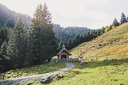 THEMENBILD - Kapelle am Wanderweg in der herbstlichen Landschaft, aufgenommen am 13. Oktober 2019 in Hinterglemm, Oesterreich // Chapel on the hiking trail in the autumn landscape in Hinterglemm, Austria on 2019/10/13. EXPA Pictures © 2019, PhotoCredit: EXPA/ JFK