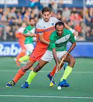 AMSTELVEEN - Bjorn Kellerman (Ned)  met Muhammad Irfan (Pak)  tijdens  de tweede  Olympische kwalificatiewedstrijd hockey mannen ,  Nederland-Pakistan (6-1). Oranje plaatst zich voor de Olympische Spelen 2020.  COPYRIGHT KOEN SUYK