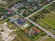 Nederland, Noord-Holland, Bergen, 07-05-2021; Bergen aan Zee, Verspyckweg met in de voorgrond koloniehuis (waar Adriaan van DIs gewoond heeft) en daar achter het Natuurvriendenhuis Het Zeehuis.<br /> luchtfoto (toeslag op standaard tarieven);<br /> aerial photo (additional fee required)<br /> copyright © 2021 foto/photo Siebe Swart