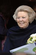 Bezoek Koningin aan jubilerend woonzorgcentrum Schoonoord, 6 februari 2007 <br /> <br /> In het woonzorgcentrum, dat deze maand zijn 100-jarig bestaan viert, sprak de Koningin met bewoners, medewerkers en vrijwilligers.<br /> <br /> In Schoonoord wonen 113 ouderen. Deze bewoners hebben allen een zekere mate van zorg nodig, variërend van licht naar zwaar.