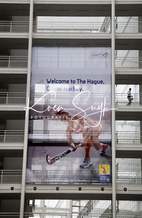 DEN HAAG - Stadhuis van Den Haag tijdens het WK hockey. Grote foto van Maartje Paumen in de hal.  COPYRIGHT KOEN SUYK