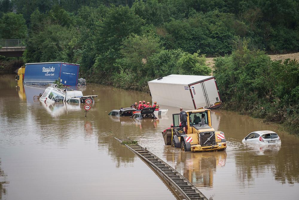 Erftstadt, DEU, 16.07.2021<br /> <br /> Die Bundesstrasse B265 in Erftstadt-Liblar ist nach langanhaltenden Regenfällen überschwemmt, Retter in Booten untersuchen PKW und LKW nach Opfern<br /> <br /> Bundesstrasse B265 in Erftstadt-Liblar is flooded after prolonged rainfall, rescuers in boats examine cars and trucks for victims<br /> <br /> Foto: Bernd Lauter/berndlauter.com
